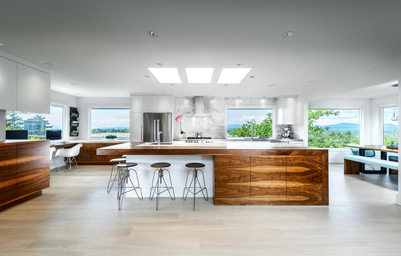 Innovative Work Triangle Keeps Large Kitchen Efficient