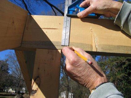 Marque cette distance vers le bas à partir du sommet du faîte. C'est là que se posera le point long supérieur de la plaque du pignon.