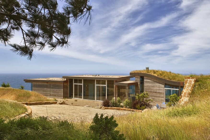 Dani Ridge à Big Sur, Californie, conçu par Studio Schicketanz avec une conception mécanique du groupe Monterey Energy, combine une conception solaire passive avec une chaudière au propane utilisée pour le chauffage radiant.