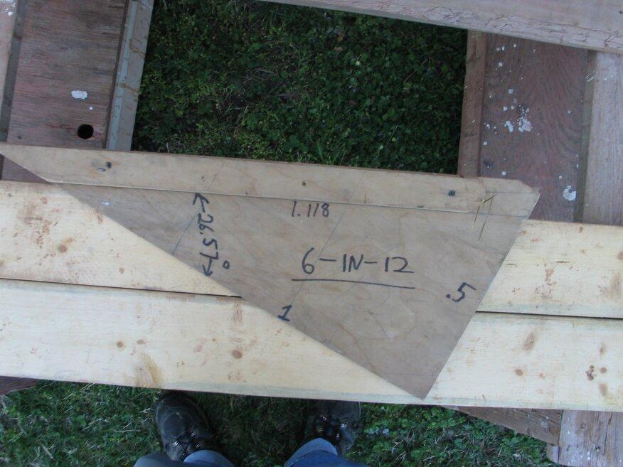 Un simple gabarit de chevron aide à poser les détails de l'avant-toit. Le triangle a le fil à plomb sur une jambe et la ligne de niveau sur l'autre, il est donc également pratique pour dessiner les lignes de coupe. Des informations telles que le nombre de degrés et la longueur de l'hypoténuse dans un triangle de base un sont également incluses pour référence.