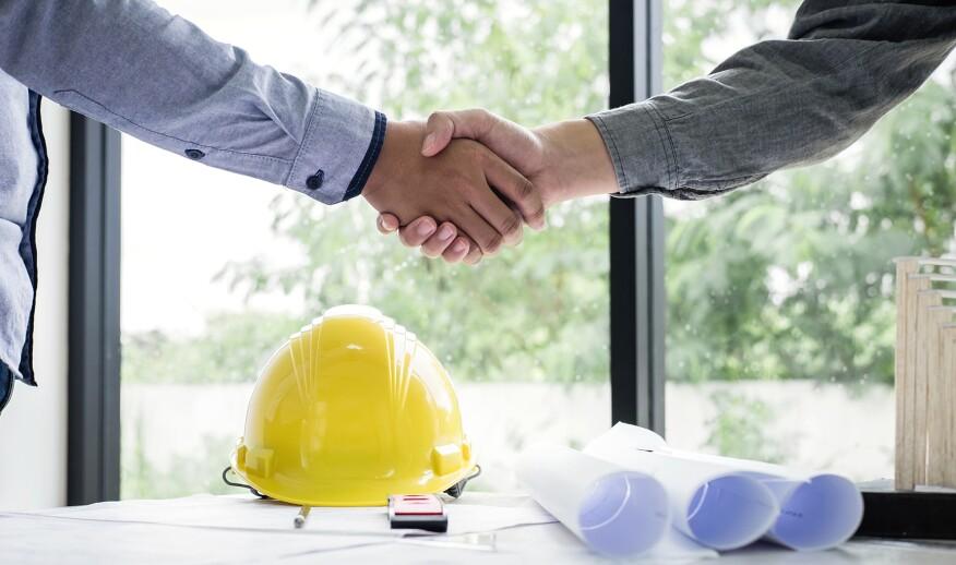 建筑专业人员握手交易交易。