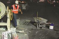 美国I-10号公路的坑洞需要通宵维修
