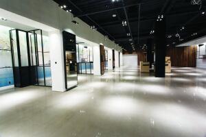 TTM饰面公司在安大略省汉密尔顿Lime Ridge购物中心的Aritzia商店安装了Ardex PCT抛光混凝土浇头。