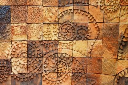 垂直覆盖物是专门配方的,轻质的水泥基混合物,其粘附到任何底漆的壁表面而无垂直。它们可以像水平覆盖一样踩下并彩色,甚至雕刻。