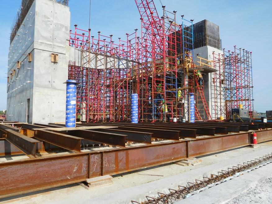 圣皮特码头,h型钢桩和钢框架已经到位,支撑施工正在进行中。