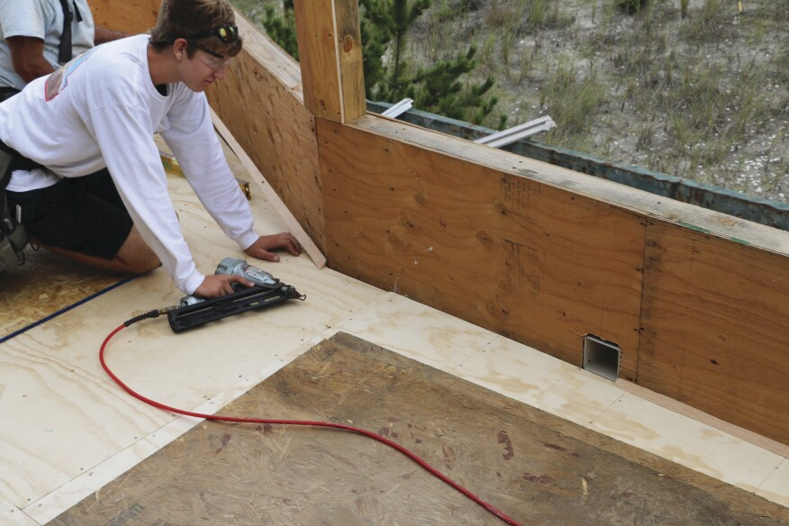 To ease the transition between the flat roof deck and vertical walls, cant strips ripped with a 45-degree angle were installed in all of the corners.