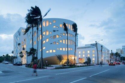 Faena论坛是位于迈阿密海滩的标志性文化项目,由论坛、集市和停车场组成。
