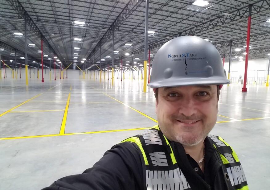 斯科特·塔尔正在检查一个大型商用混凝土地板。