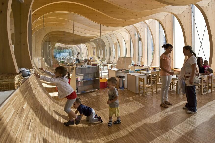 O Jardim de infância circular circular de Tezuka Takaharu ?url=https%3A%2F%2Fcdnassets.hw.net%2Fb8%2F55%2F8584faaf41b5bf1bade716d4e880%2Fguastallaschool-mariocucinella-interior3