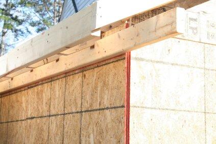 Le ledger est laissé long et sera coupé à la longueur voulue lorsque les retours seront construits. Les encoches sous les chevrons permettent au stock de ledger d'être à pleine dimension aux extrémités pour mieux supporter la charpente du retour.
