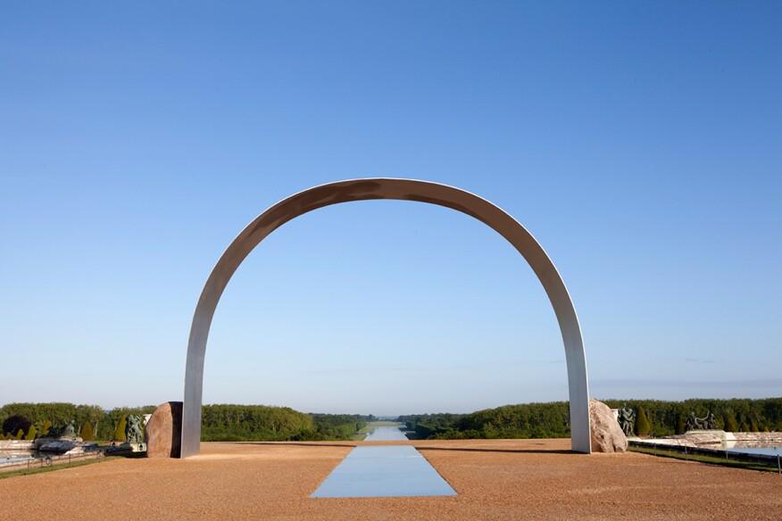 "Lee Ufan, Relatum""The Arch of Versailles"" (2014) Installation view, Château de Versailles ADAGP Lee Ufan/Courtesy the artist, Kamel Mennour, and Pace"