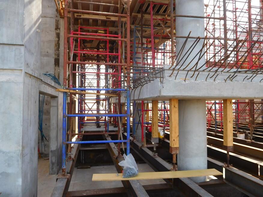 4级桥面模板的大部分支撑是由钢框架完成的,而不是由较低的混凝土桥面。