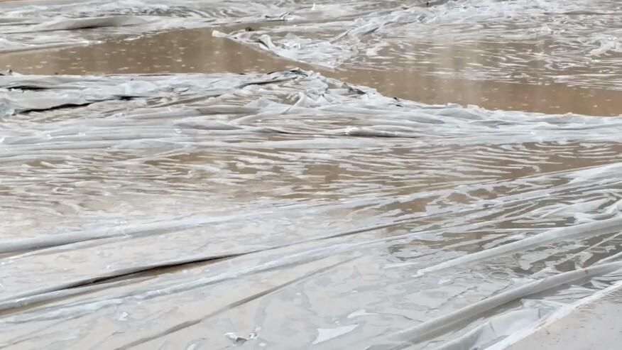 在意外暴雨期间,可以用塑料覆盖一块新板,以保护表面。