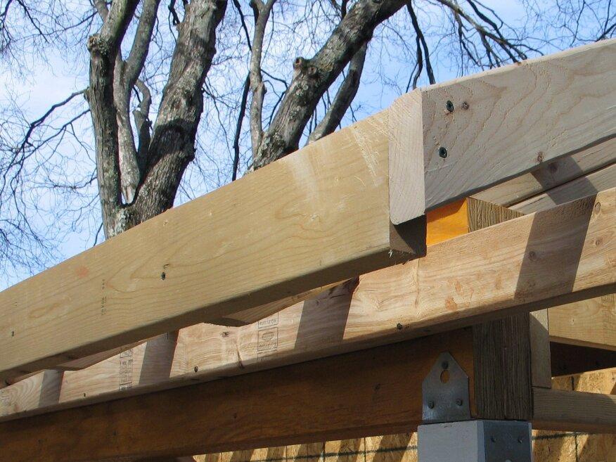 Après avoir coupé les extrémités des belvédères, le chevron de barge est installé et l'extrémité est coupée au ras de la sous-fascia.